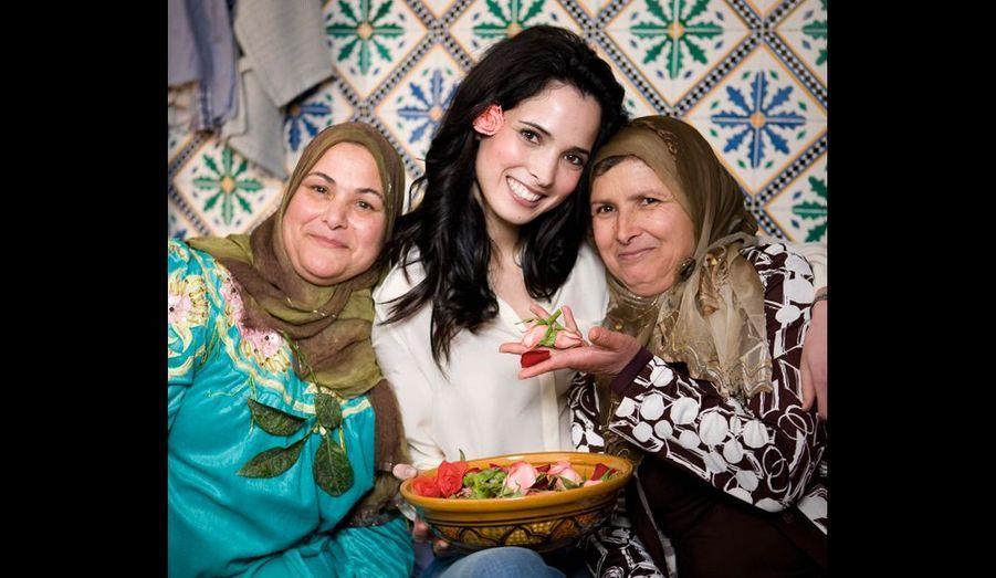 Avec sa tante Somaya (à g.) et sa mère, Akila, quelques jours avant la cueillette des roses.