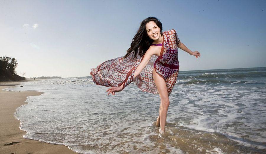 Elle promène sa grâce altière sur les podiums du monde entier. Mais ses pas et son cœur la ramènent toujours sur sa terre natale, la Tunisie.Le 12 mars, sur la plage d'Hammamet, celle de son enfance.