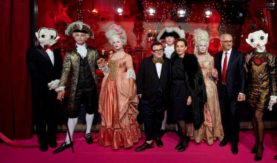 Alber Elbaz, Kristin Scott Thomas et Paolo De Cesare, président du Printemps sont entourés de Miss et Mister Lanvin, habillés par le directeur artistique de la maison Lanvin lui-même. Kristin Scott Thomas.
