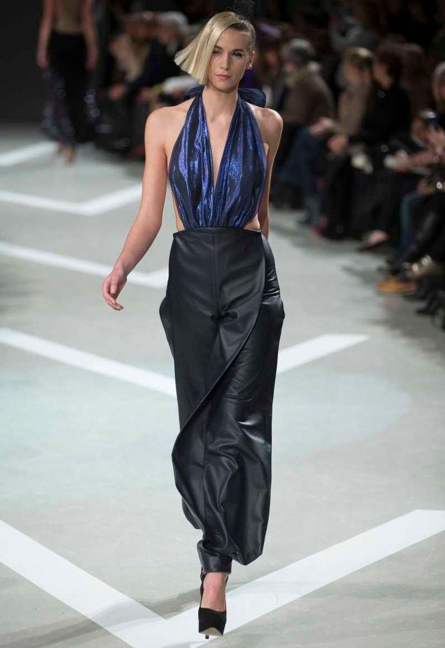 """Cette pièce, style """"pantalon de zouave"""", en cuir bleu nuit a été baptisé """"panta-mégapli"""" par le créateur."""