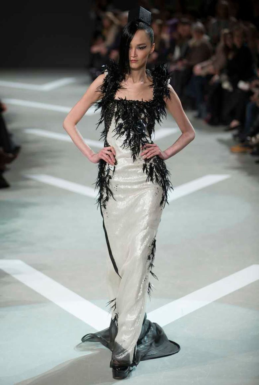 Cette robe est en cuir coupé au laser et recoupé, avec une traine, plus petite toutefois que la précédente.