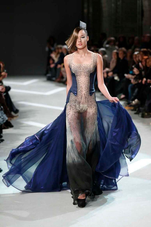 La collection comprend beaucoup de nude et de transparences, comme cette robe, qui donne l'impression que la femme est nue et le vêtement est autour d'elle. La robe est entièrement recouverte de paillettes avec, par-dessus, un organza de soie; et le motif a été créé par Julien Fournié à la main, recristallisé et posé.
