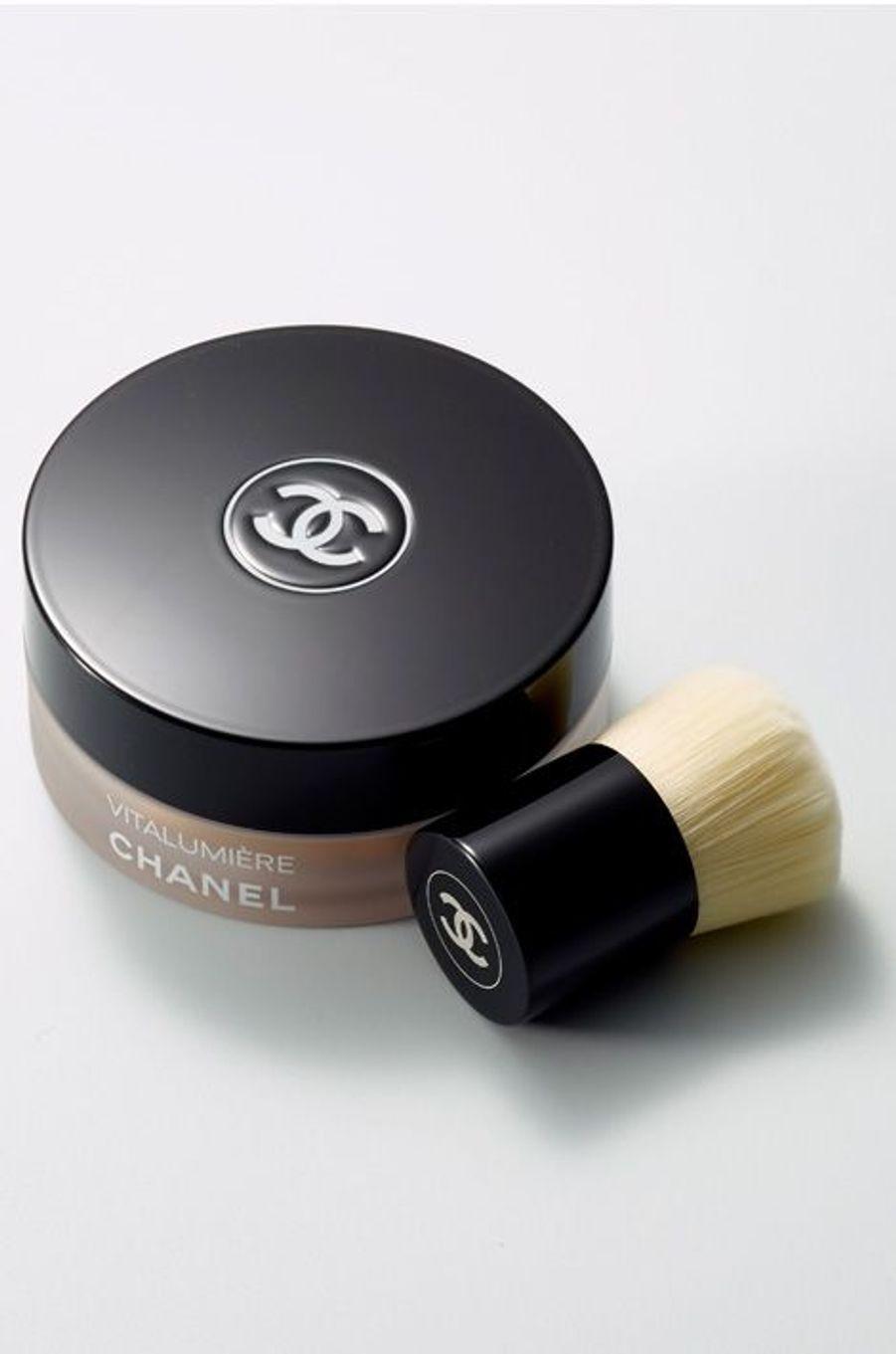 Vitalumière fond de teint poudre libre et minipinceau kabuki (65 euros), Chanel.