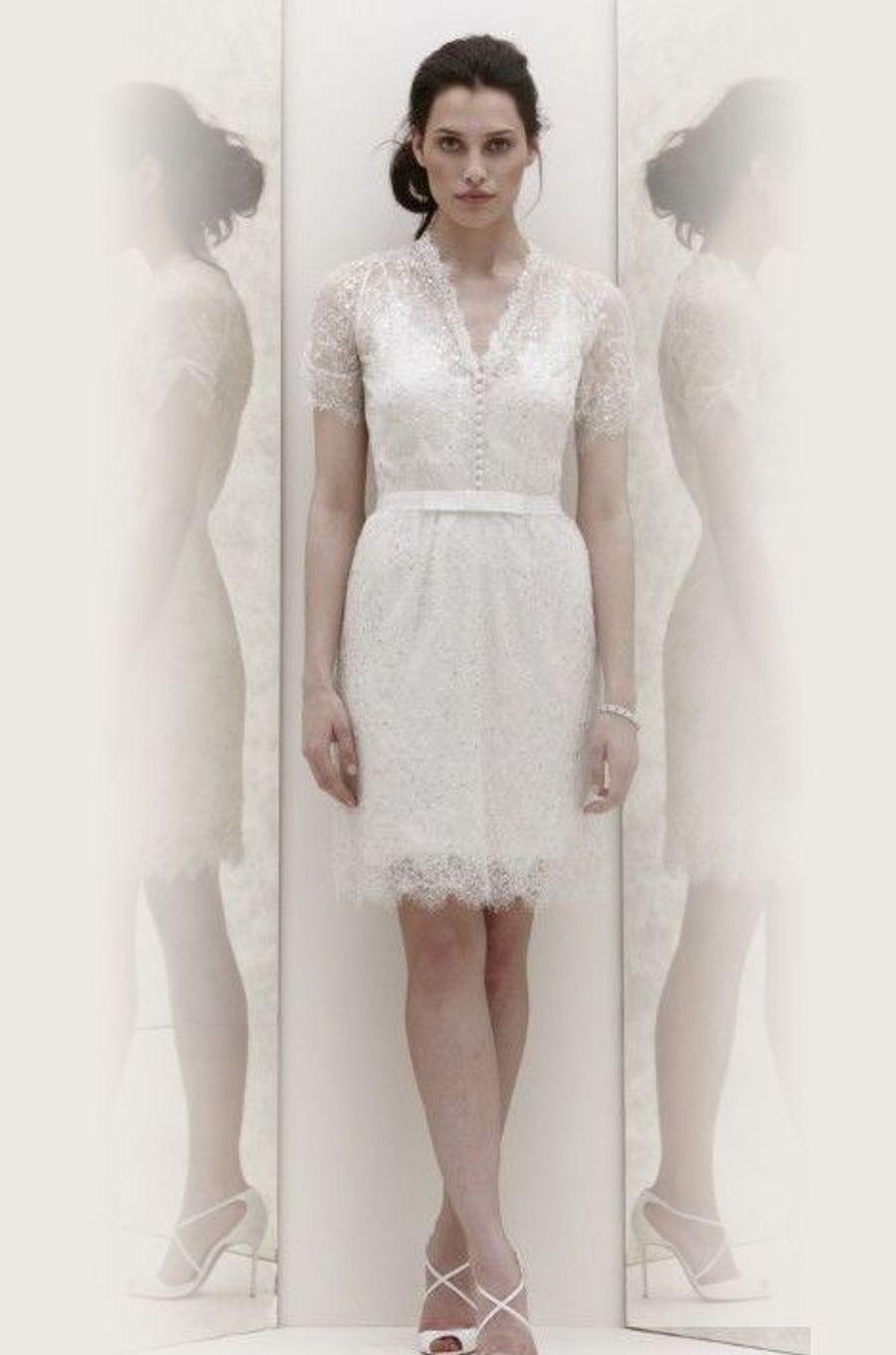 La créatrice anglaise qui a bâti sa renommée sur ses robes de mariée a parié ici sur le court. Les mariée sont invitées à montrer leurs jambes et en été, rien de plus facile!