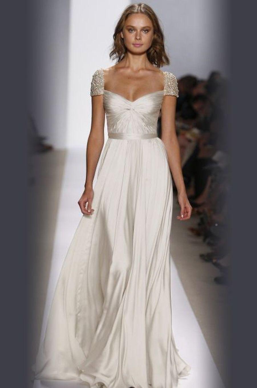 La créatrice libanaise s'est spécialisée dans les robes de mariée et rencontre un vif succès dans le monde entier. Cette robe fluide en soie appartient à la collection 2008 mais s'impose comme un intemporel par sa simplicité.
