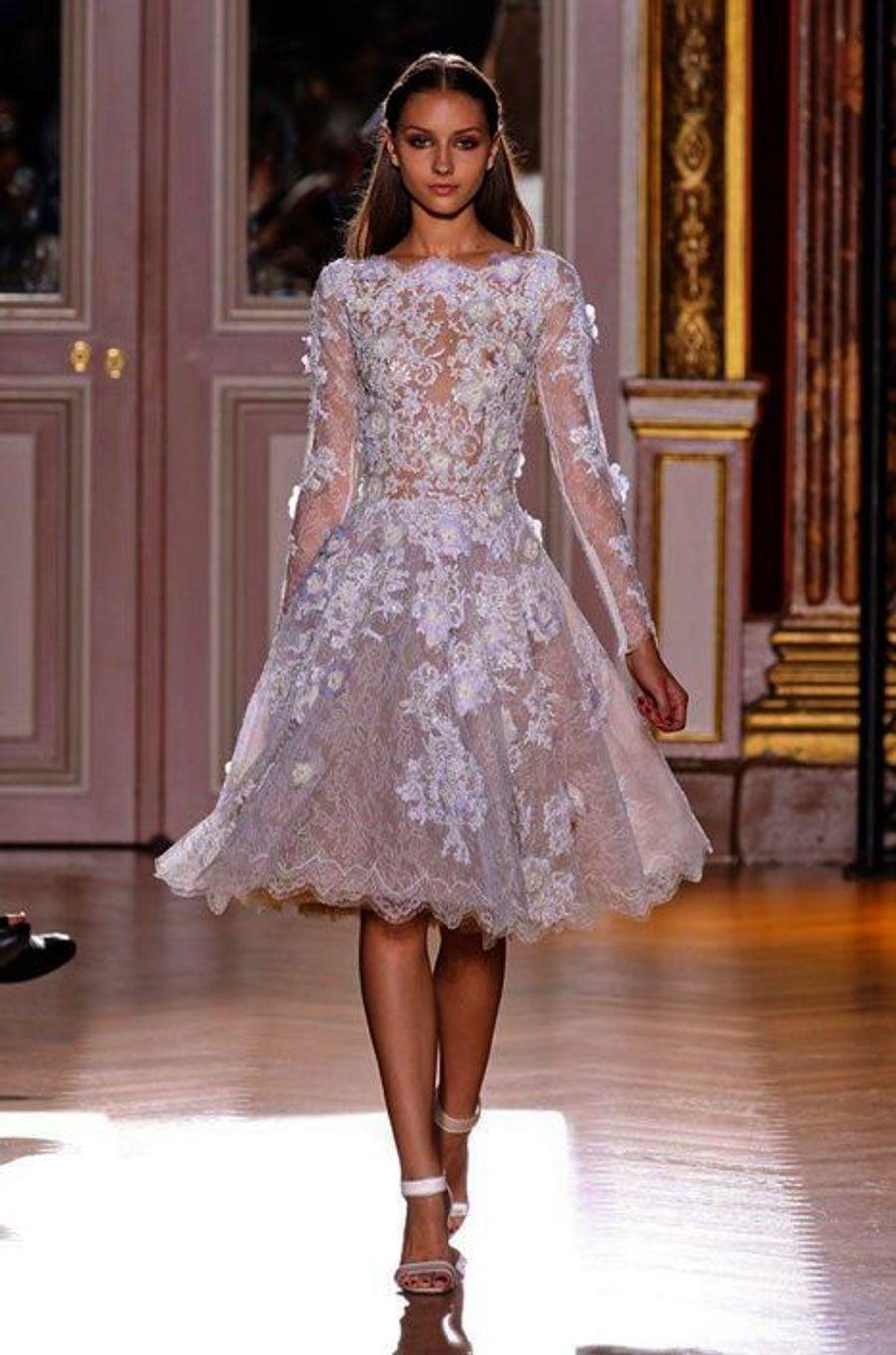 Rose et courte, avec cette robe de mariée, le styliste libanais Zuhair Murad ne s'embarasse pas des traditions.Collection haute- couture automne- hiver 2012- 2013.