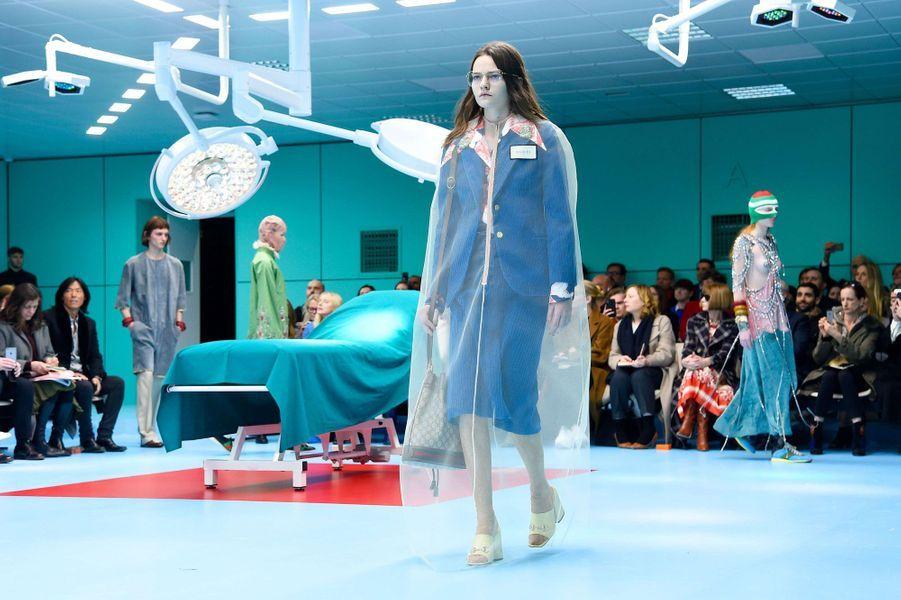 Défilé Gucci décoré d'une salle d'opération, à Milan