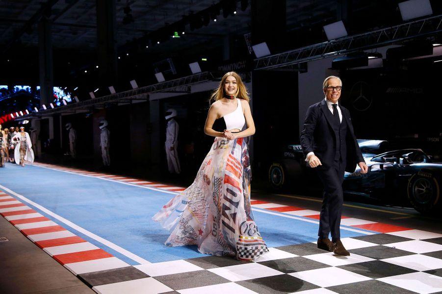 Gigi Hadid et Tommy Hilfiger sur le catwalk à Milan