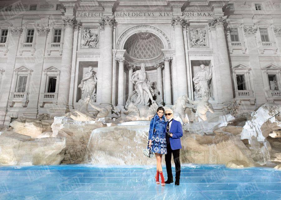 Karl Lagerfeld avec Kendall Jenner, à l'occasion du 90ème anniversaire de Fendi, devant la fontaine de Trevi, à Rome le 7 juillet 2016.