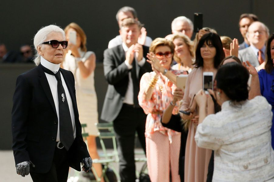 Karl Lagerfeld salue ses invités, juillet 2017.