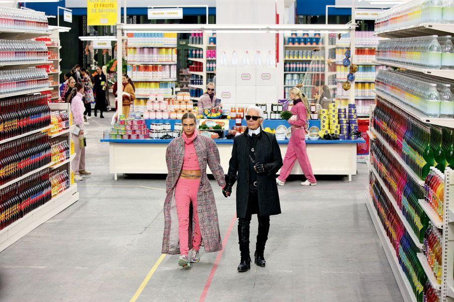Dans les allées du «Chanel Shopping Center» avec Cara Delevingne, mars 2014.