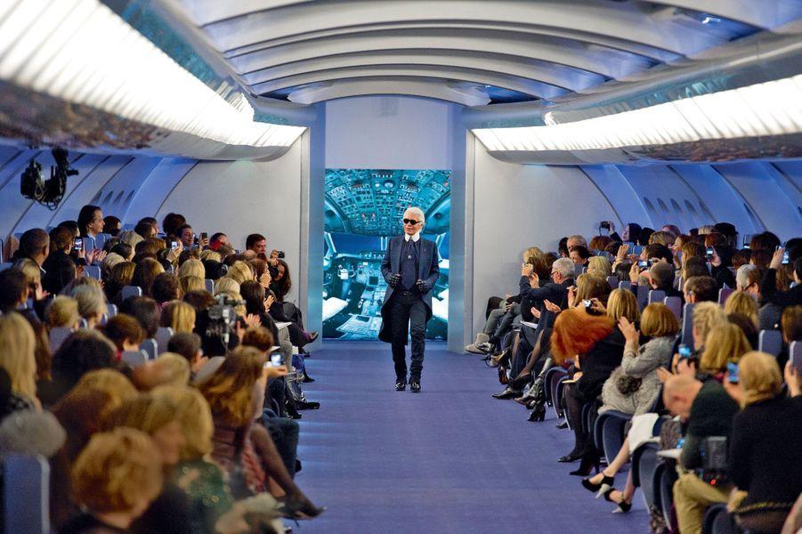 En 2012, capitaine Karl accueille son public dans un avion.