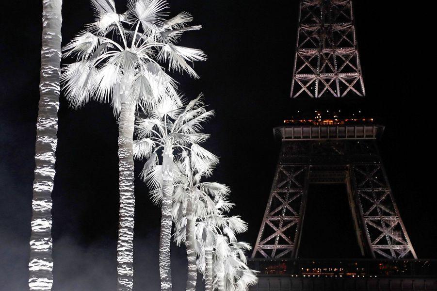 Défilé Yves Saint-Laurent au pied de la Tour Eiffel, le 26 septembre 2018.