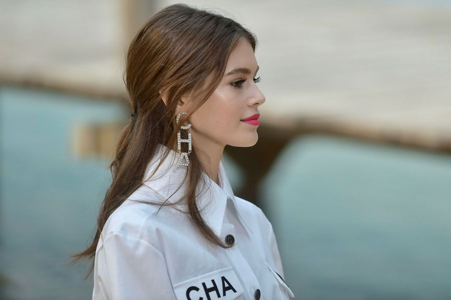 Kaia Gerber, la fille de Cindy Crawford, défile pour Chanel, le 2 octobre 2018.