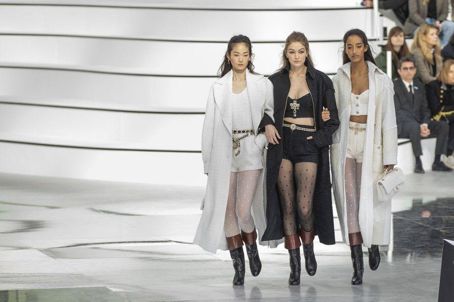 Gigi Hadid défile pour la collectionprêt-à-porter automne-hiver 2020-21 de Chanel au GrandPalais le 3 mars 2020.