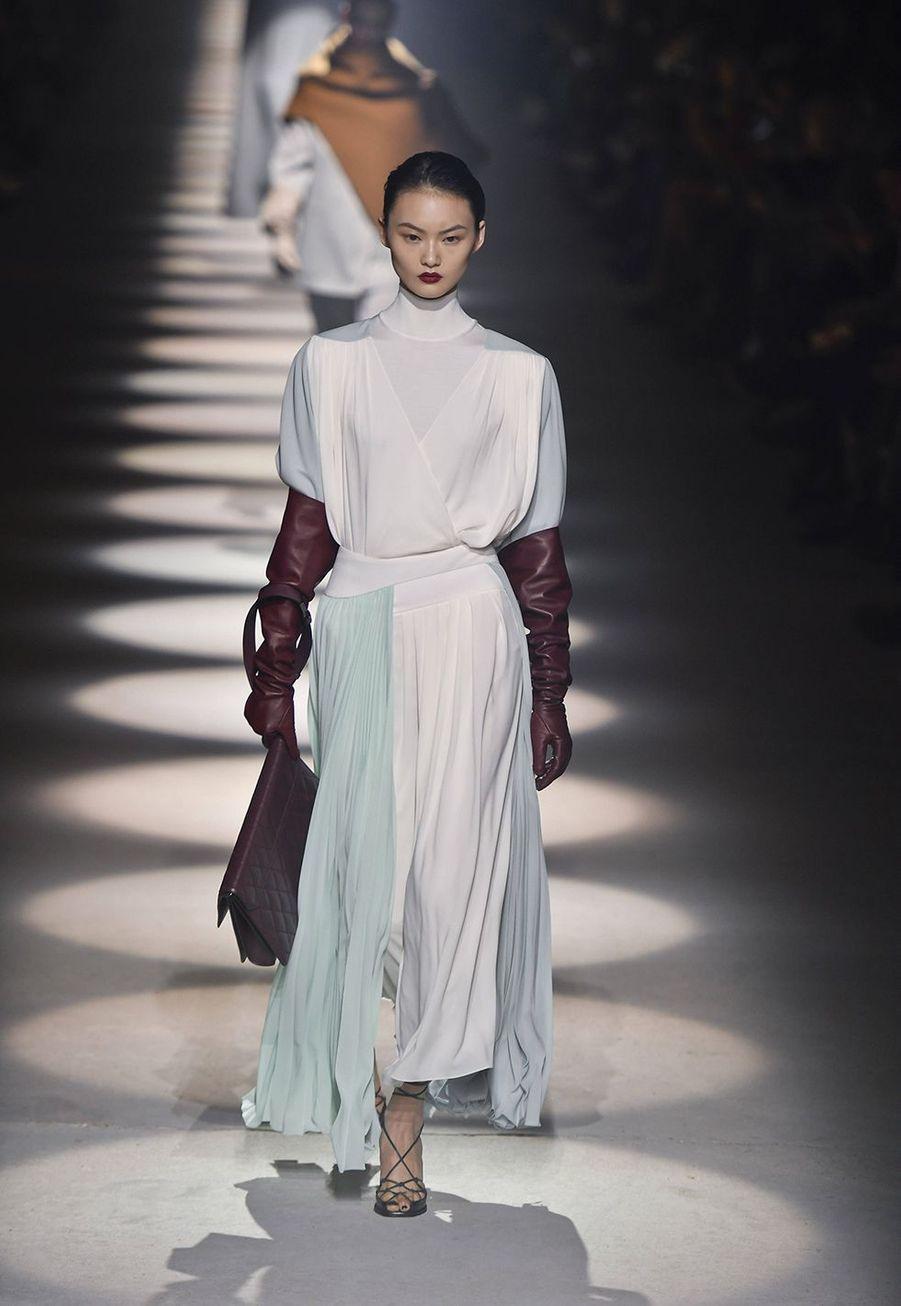 Clare Waight Keller présente sa collectionprêt-à-porter automne-hiver 2020-21 pour Givenchy à l'Hippodrome de Longchamp le 1er mars 2020.