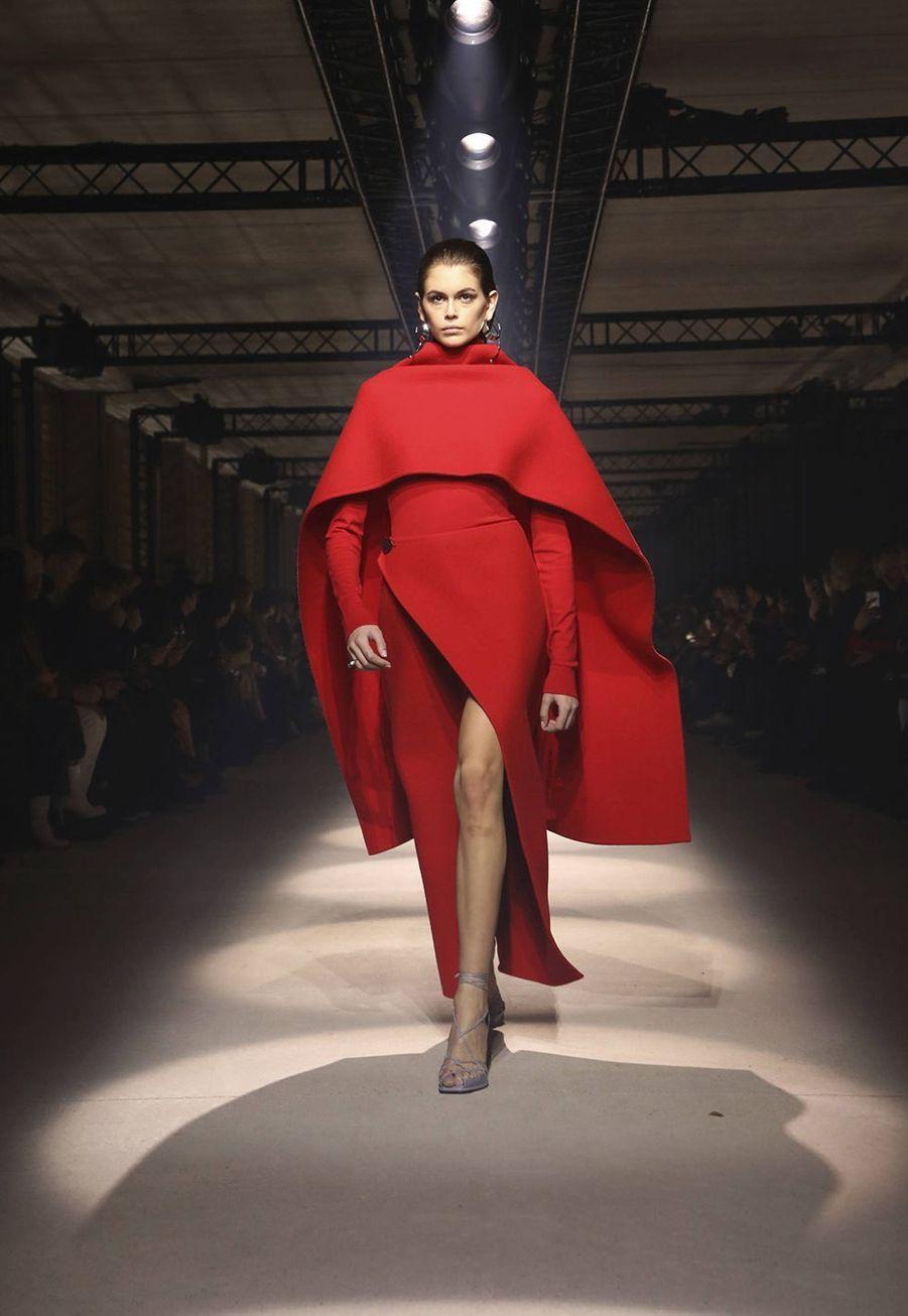 Kaia Gerber défile pour la collectionprêt-à-porter automne-hiver 2020-21 de Givenchyà l'Hippodrome de Longchamp le 1er mars 2020.