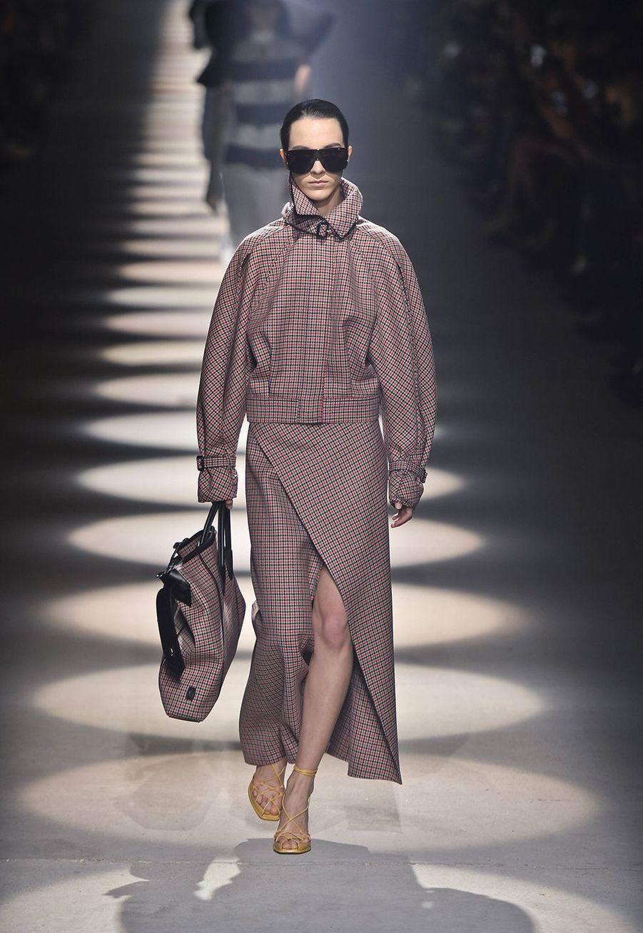 Clare Waight Keller présente sa collectionprêt-à-porter automne-hiver 2020-21pour Givenchy à l'Hippodrome de Longchamp le 1er mars 2020.