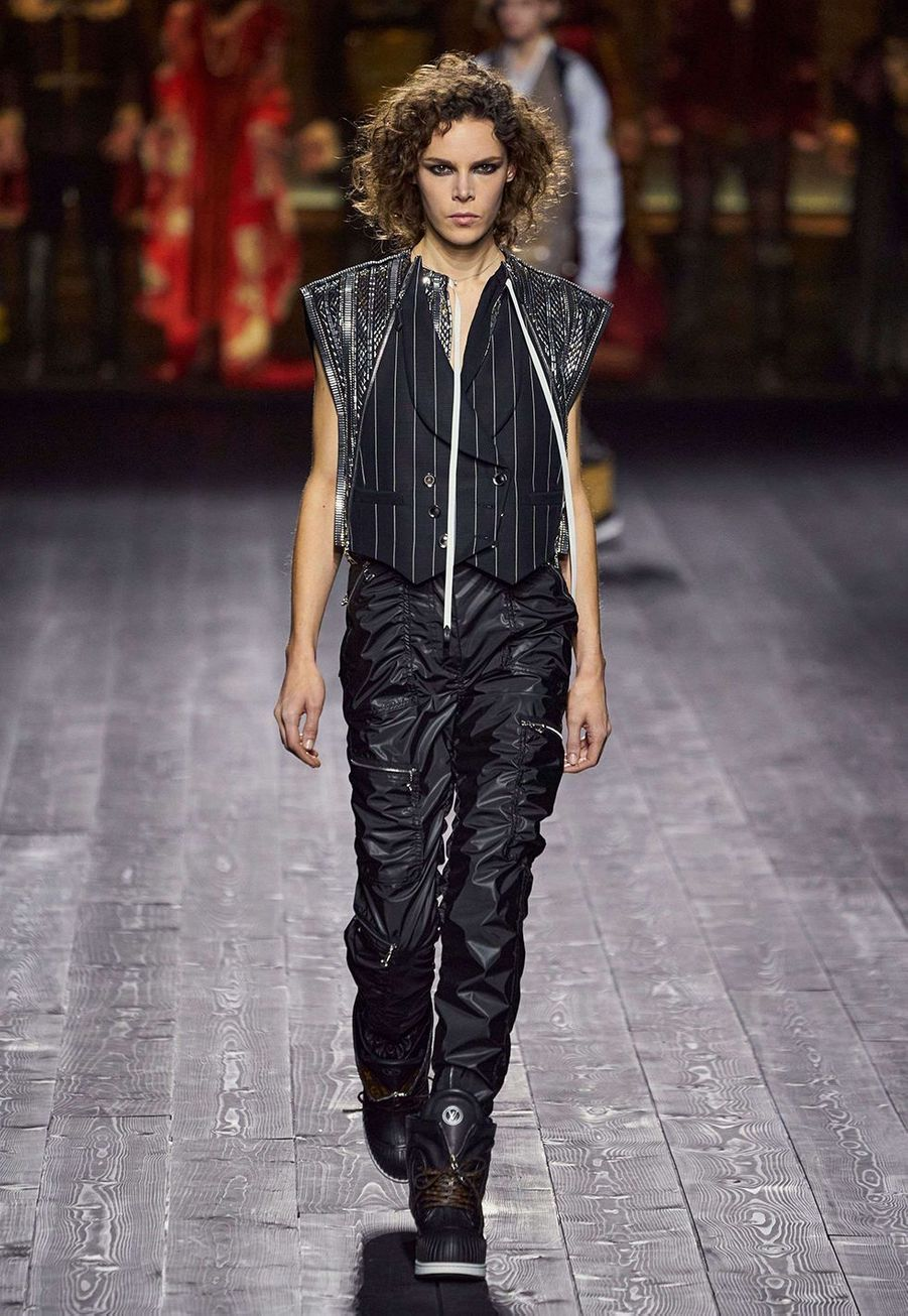 Nicolas Ghesquièreprésente sa collectionprêt-à-porter automne-hiver 2020-21 pour Louis Vuitton dans la cour carrée du Louvre le 3 mars 2020.