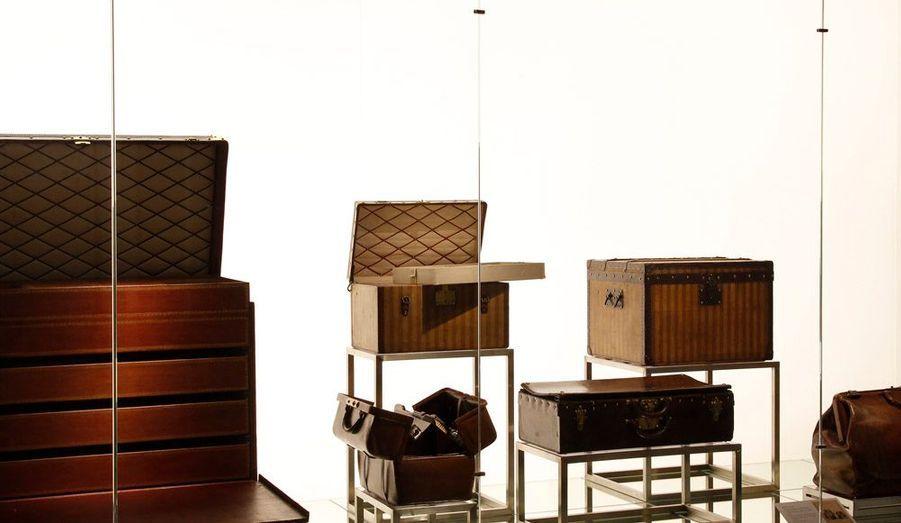 """Né en 1821, Louis Vuitton sera un précurseur. En 1854, il ouvre sa propre enseigne, à quelques centaines de mètres de là, au 4, rue Neuve-des-Capucines, près de la rue de la Paix. """"Emballeur"""", il créé des malles recouvertes d'une grosse toile cirée permettant de les imperméabiliser dès les années 60. Un mythe est né."""