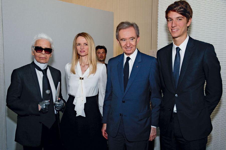De g. à dr. : Karl Lagerfeld, Delphine Arnault, Bernard Arnault, P-DG de LVMH, et Alexandre Arnault.