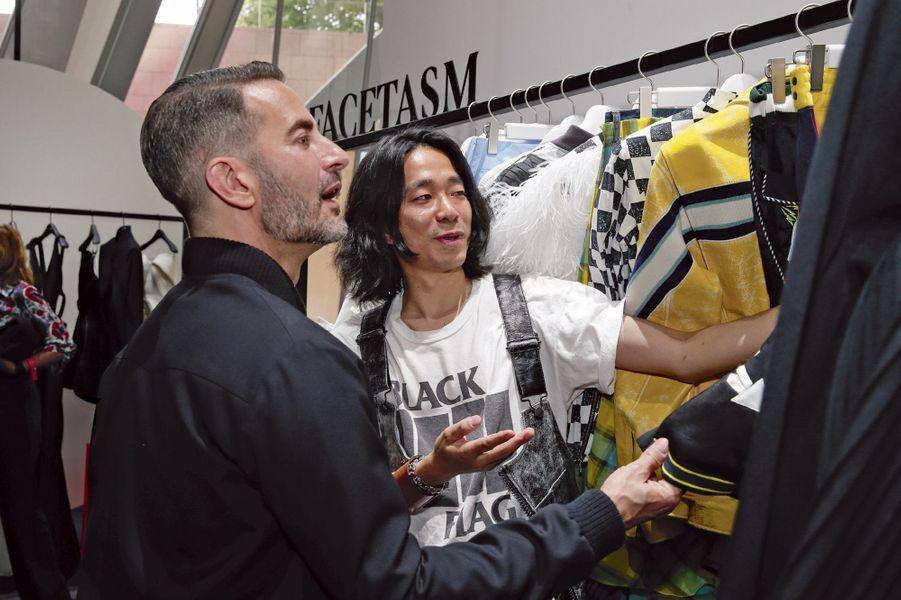 Le finaliste japonais Hiromichi Ochiai présente sa collection au créateur Marc Jacobs, un membre du jury très investi.