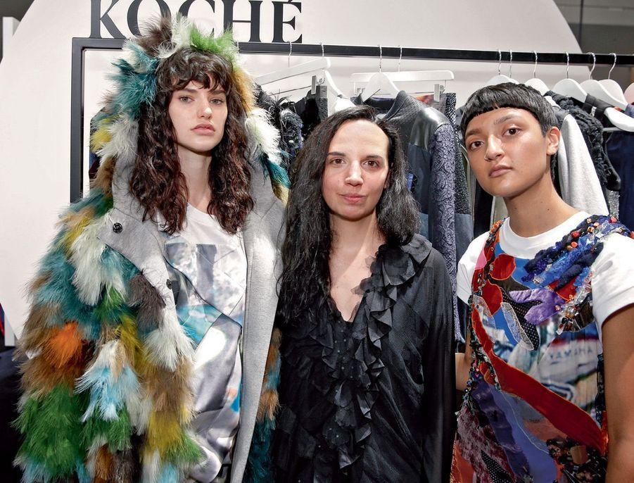 La créatrice française Christelle Kocher (maison Koché), directrice artistique des ateliers Lemarié, entourée de ses deux mannequins.