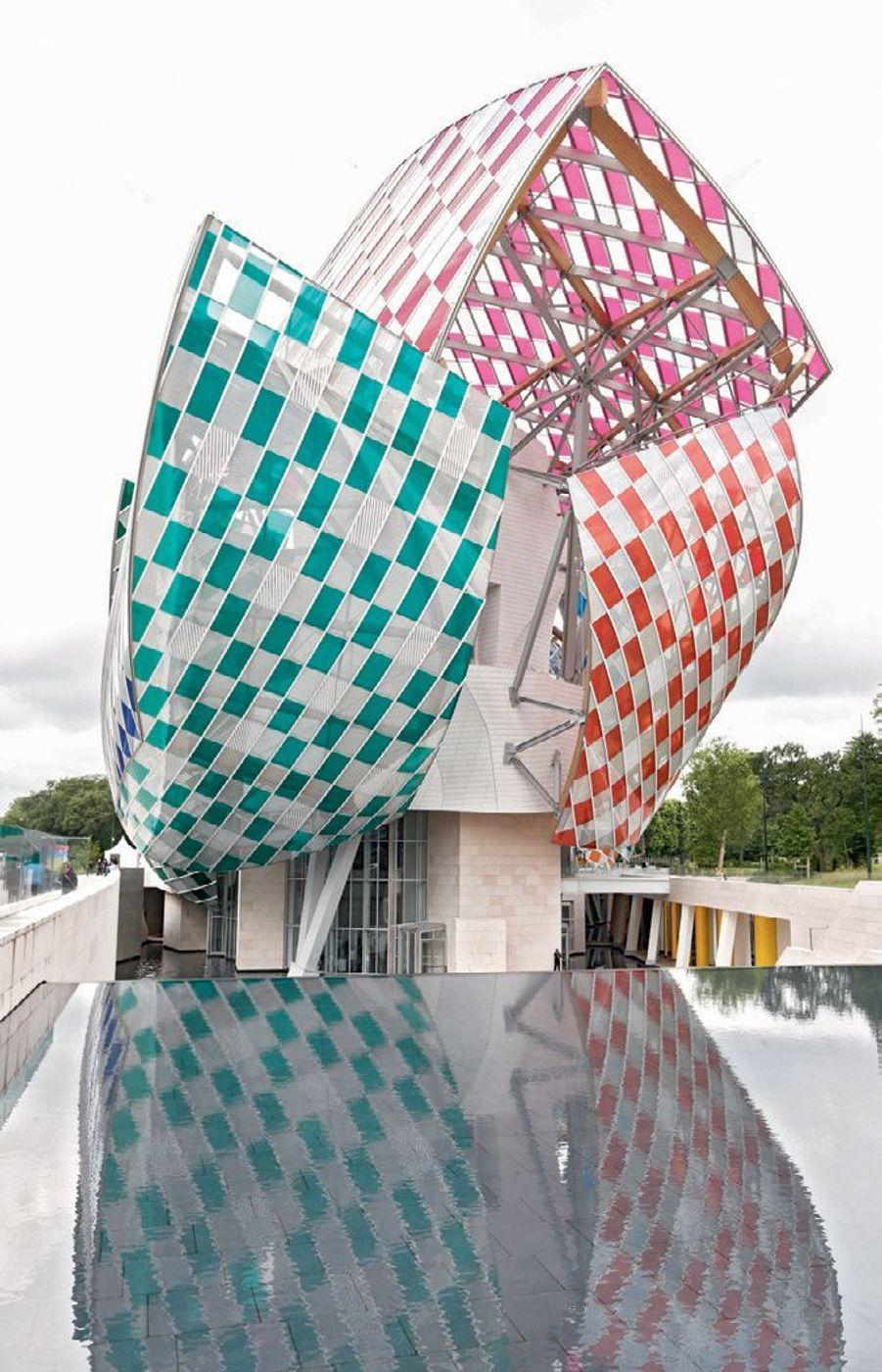 Les voiles de la Fondation Louis Vuitton, conçues par Frank Gehry et revisitées temporairement par Daniel Buren.