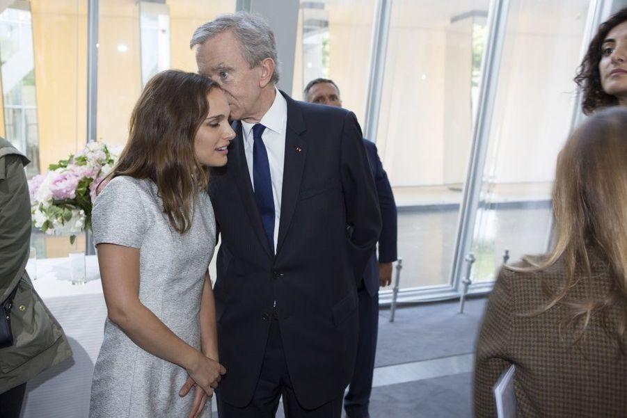 Aparté entre Bernard Arnault et Natalie Portman, tout juste rentrée de Cannes.Ils sont les «fashion designers» de demain. Plus de millestylistes, du monde entier, concouraient pour la deuxième édition du prix LVMH. Il n'en est resté que sept pour la finale, le 22 mai, à la Fondation Louis Vuitton. Pour les départager,Delphine Arnault, créatrice de ce concours, avait rassemblé un jury exceptionnel, les neuf directeurs artistiques des plus prestigieuses griffes du groupe.Les gagnants de ce prix décerné par un jury d'exception reçoivent une dotation de 450 000 eurosIls tissent l'air du temps. tous âgés de moins de 40 ans, ils doivent avoir déjà conçu et commercialisé au moins deux collections de prêt-à-porter. Une sévère sélection est efectuée parmi les 26 candidats retenus… Les sept finalistes ont dix minutes pour présenter au jury deux modèles. cette année, les vainqueurs sont les designers portugais installés à Londres Marta Marques et Paulo Almeida. ils remportent 300 000 euros. Le jury a également décidé de récompenser exceptionnellement le Français Simon Porte Jacquemus d'une bourse de 150 000 euros. Les lauréats bénéficieront en outre d'un an de suivi personnalisé par le groupe LVMH.A lire sur ce même sujet: Prix LVMH, les grands de demain