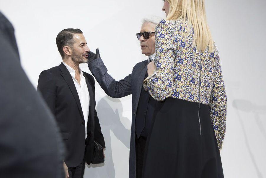 Elan d'affection de Karl Lagerfeld pour Marc Jacobs sous les yeux de Delphine Arnault.Ils sont les «fashion designers» de demain. Plus de millestylistes, du monde entier, concouraient pour la deuxième édition du prix LVMH. Il n'en est resté que sept pour la finale, le 22 mai, à la Fondation Louis Vuitton. Pour les départager,Delphine Arnault, créatrice de ce concours, avait rassemblé un jury exceptionnel, les neuf directeurs artistiques des plus prestigieuses griffes du groupe.Les gagnants de ce prix décerné par un jury d'exception reçoivent une dotation de 450 000 eurosIls tissent l'air du temps. tous âgés de moins de 40 ans, ils doivent avoir déjà conçu et commercialisé au moins deux collections de prêt-à-porter. Une sévère sélection est efectuée parmi les 26 candidats retenus… Les sept finalistes ont dix minutes pour présenter au jury deux modèles. cette année, les vainqueurs sont les designers portugais installés à Londres Marta Marques et Paulo Almeida. ils remportent 300 000 euros. Le jury a également décidé de récompenser exceptionnellement le Français Simon Porte Jacquemus d'une bourse de 150 000 euros. Les lauréats bénéficieront en outre d'un an de suivi personnalisé par le groupe LVMH.A lire sur ce même sujet: Prix LVMH, les grands de demain