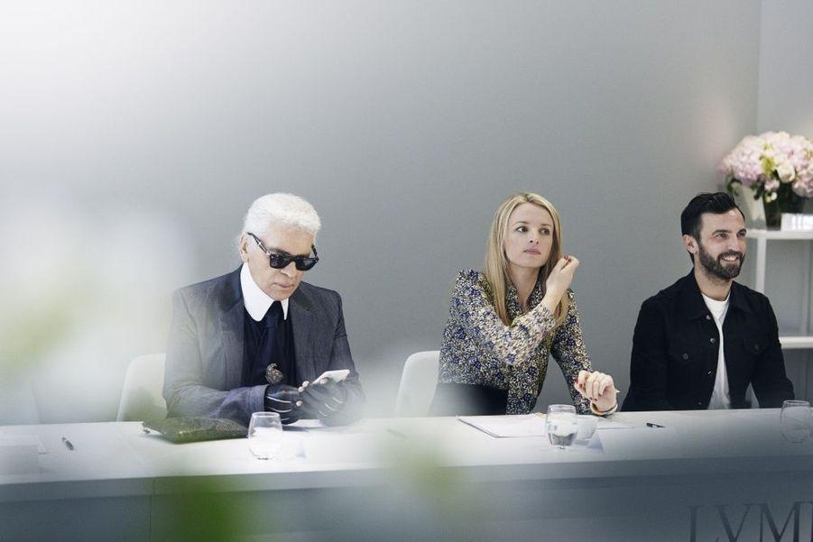 Delphine Arnault, entre Karl Lagerfeld et Nicolas Ghesquière : « On recherche des créateurs qui ont un point de vue différent ! »Ils sont les «fashion designers» de demain. Plus de millestylistes, du monde entier, concouraient pour la deuxième édition du prix LVMH. Il n'en est resté que sept pour la finale, le 22 mai, à la Fondation Louis Vuitton. Pour les départager,Delphine Arnault, créatrice de ce concours, avait rassemblé un jury exceptionnel, les neuf directeurs artistiques des plus prestigieuses griffes du groupe.Les gagnants de ce prix décerné par un jury d'exception reçoivent une dotation de 450 000 eurosIls tissent l'air du temps. tous âgés de moins de 40 ans, ils doivent avoir déjà conçu et commercialisé au moins deux collections de prêt-à-porter. Une sévère sélection est efectuée parmi les 26 candidats retenus… Les sept finalistes ont dix minutes pour présenter au jury deux modèles. cette année, les vainqueurs sont les designers portugais installés à Londres Marta Marques et Paulo Almeida. ils remportent 300 000 euros. Le jury a également décidé de récompenser exceptionnellement le Français Simon Porte Jacquemus d'une bourse de 150 000 euros. Les lauréats bénéficieront en outre d'un an de suivi personnalisé par le groupe LVMH.A lire sur ce même sujet: Prix LVMH, les grands de demain