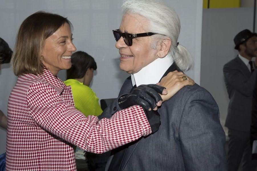 Comme tous les jurés, Phoebe Philo salue chaleureusement le king Karl.Ils sont les «fashion designers» de demain. Plus de millestylistes, du monde entier, concouraient pour la deuxième édition du prix LVMH. Il n'en est resté que sept pour la finale, le 22 mai, à la Fondation Louis Vuitton. Pour les départager,Delphine Arnault, créatrice de ce concours, avait rassemblé un jury exceptionnel, les neuf directeurs artistiques des plus prestigieuses griffes du groupe.Les gagnants de ce prix décerné par un jury d'exception reçoivent une dotation de 450 000 eurosIls tissent l'air du temps. tous âgés de moins de 40 ans, ils doivent avoir déjà conçu et commercialisé au moins deux collections de prêt-à-porter. Une sévère sélection est efectuée parmi les 26 candidats retenus… Les sept finalistes ont dix minutes pour présenter au jury deux modèles. cette année, les vainqueurs sont les designers portugais installés à Londres Marta Marques et Paulo Almeida. ils remportent 300 000 euros. Le jury a également décidé de récompenser exceptionnellement le Français Simon Porte Jacquemus d'une bourse de 150 000 euros. Les lauréats bénéficieront en outre d'un an de suivi personnalisé par le groupe LVMH.A lire sur ce même sujet: Prix LVMH, les grands de demain