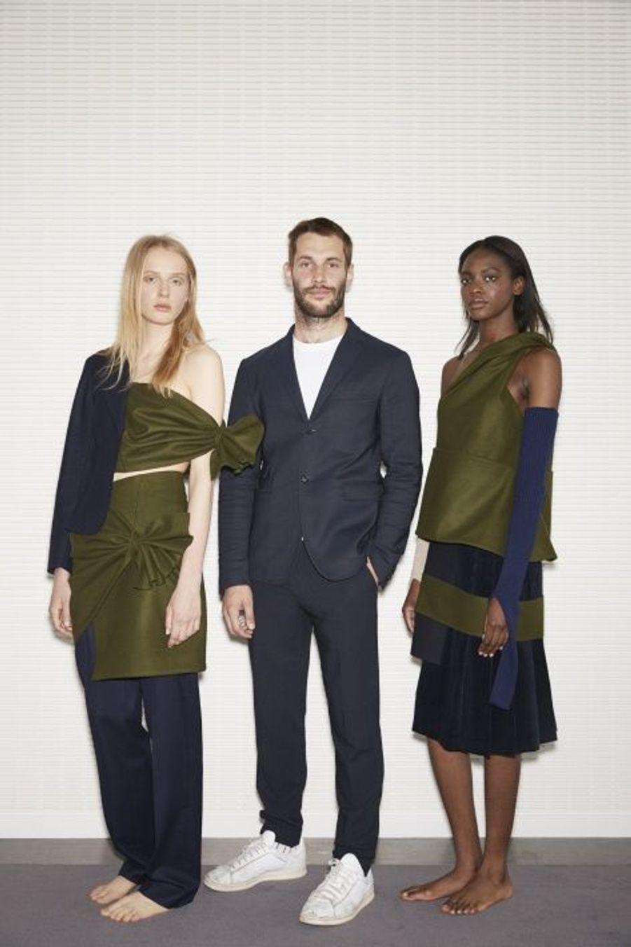 Le Français Simon Porte Jacquemus et ses deux mannequins, Prix spécial du jury.Ils sont les «fashion designers» de demain. Plus de millestylistes, du monde entier, concouraient pour la deuxième édition du prix LVMH. Il n'en est resté que sept pour la finale, le 22 mai, à la Fondation Louis Vuitton. Pour les départager,Delphine Arnault, créatrice de ce concours, avait rassemblé un jury exceptionnel, les neuf directeurs artistiques des plus prestigieuses griffes du groupe.Les gagnants de ce prix décerné par un jury d'exception reçoivent une dotation de 450 000 eurosIls tissent l'air du temps. tous âgés de moins de 40 ans, ils doivent avoir déjà conçu et commercialisé au moins deux collections de prêt-à-porter. Une sévère sélection est efectuée parmi les 26 candidats retenus… Les sept finalistes ont dix minutes pour présenter au jury deux modèles. cette année, les vainqueurs sont les designers portugais installés à Londres Marta Marques et Paulo Almeida. ils remportent 300 000 euros. Le jury a également décidé de récompenser exceptionnellement le Français Simon Porte Jacquemus d'une bourse de 150 000 euros. Les lauréats bénéficieront en outre d'un an de suivi personnalisé par le groupe LVMH.A lire sur ce même sujet: Prix LVMH, les grands de demain