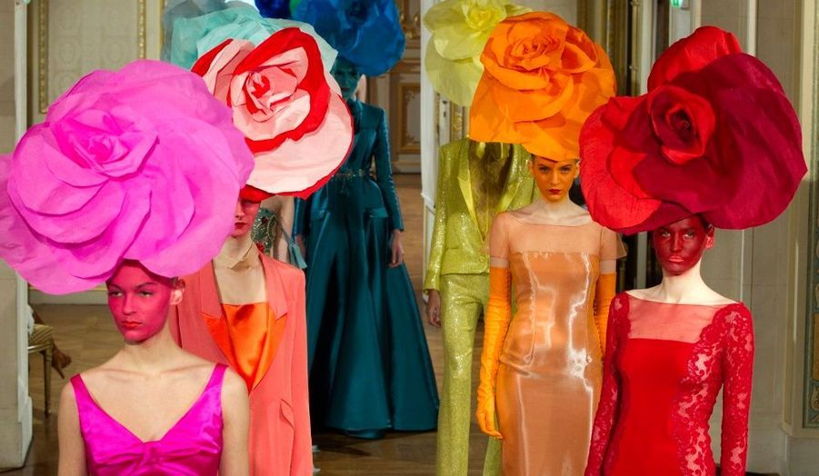 Le créateur Alexis Mabille a présenté sa collection Haute-Couture Printemps-Eté 2012 lors de la Fashion Week parisienne. Taffetas de soie, dentelle et organza flirtent pour des créations hautement féminines. Coiffées de fleurs sculpturales, les mannequins ont défilé dans des robes fourreau et tailleurs lamés agrémentés de nœuds papillons –véritable signature du styliste- dans un arc-en-ciel de couleurs printanières. Retrouvez tous les jours un diaporama à l'occasion de la Fashion Week de Paris.