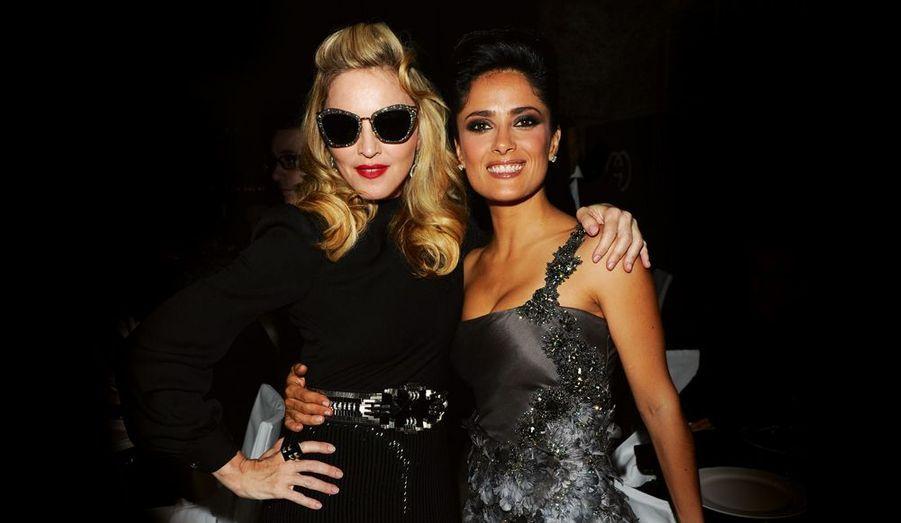 Dans les ombres torrides de la lagune, Venise fait son cinéma : car c'est aussi la 68e Mostra, le premier festival de l'histoire du cinéma. Deux reines de la nuit, Madonna et Salma Hayek, ont illuminé les soirées fastueuses de la Sérénissime comme au temps de Casanova. Cette année, le plateau de vedettes était aussi resplendissant qu'au Festival de Cannes, qui reste la référence. Madonna, venue en tant que réalisatrice, a fait son métier de star : pétulante, excessive, toujours en retard d'une bonne heure, elle s'est fait désirer. Salma, omniprésente, s'est contentée d'être sublime. Il est vrai qu'elle était chez elle puisque la maison Gucci appartient à la famille de son mari, François-Henri Pinault. Leur fille, Valentina Paloma, 4 ans dans quelques jours, était aussi de la fête...Madonna, robe Gucci inspirée des années 40 en crêpe de soie noire brodée de jais et de métal doré. Salma, Gucci Première asymétrique en organza gris fumé, brodée main de pétales, plumes et cristaux.