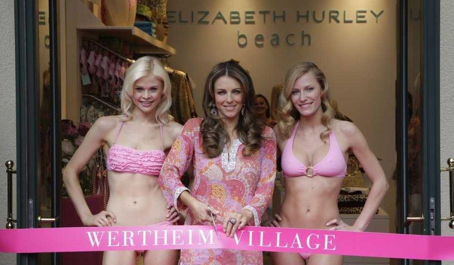 """Elizabeth Hurley inaugure sa boutique de maillots de bains, """"Elizabeth Hurley Beach Boutique"""", à Wertheim, en Allemagne."""
