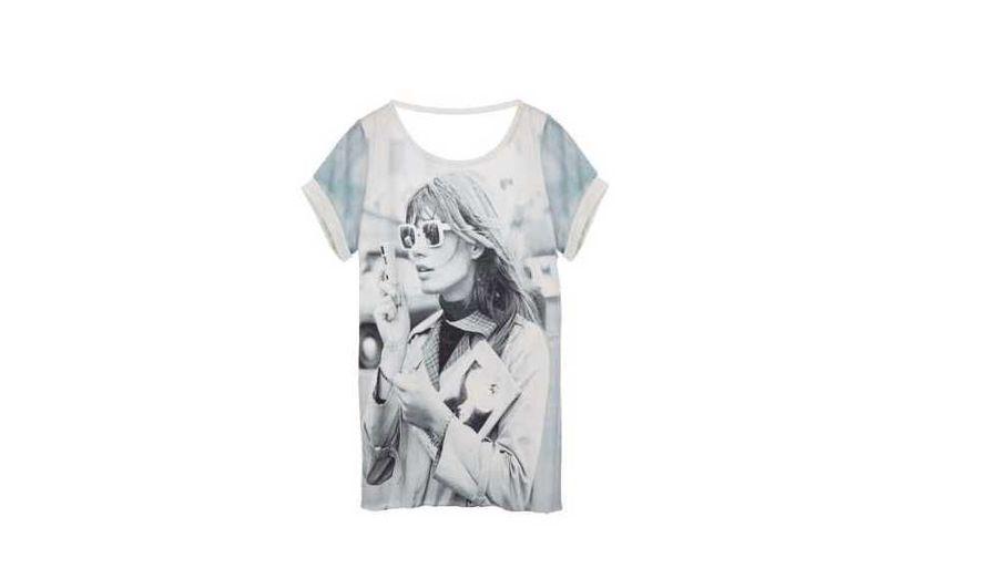 """Maje rend hommage à Françoise Hardy, une femme """"libre et glamour"""", via une collection capsule de 4 tee-shirts en édition limitée, vendus à partir du 10 septembre prochain dans un sac collector """"Icons forever"""" en coton également. Ce n'est pas la première fois qu'une icône des années 60 inspire Judith Milgrom, la créatrice de la marque française lancée en 1999. En janvier dernier, la griffe avait imaginé des tee-shirt à l'effigie de Brigitte Bardot, qui ont fait leur apparition dans les boutiques Maje le 1er avril. Sur cette pièce, l'interprète de Tous les garçons et les filles apparaît ses cheveux longs et la frange aux vents, vêtue d'un trench beige à l'intérieur écossais, un appareil photo à la main. (120 euros)"""