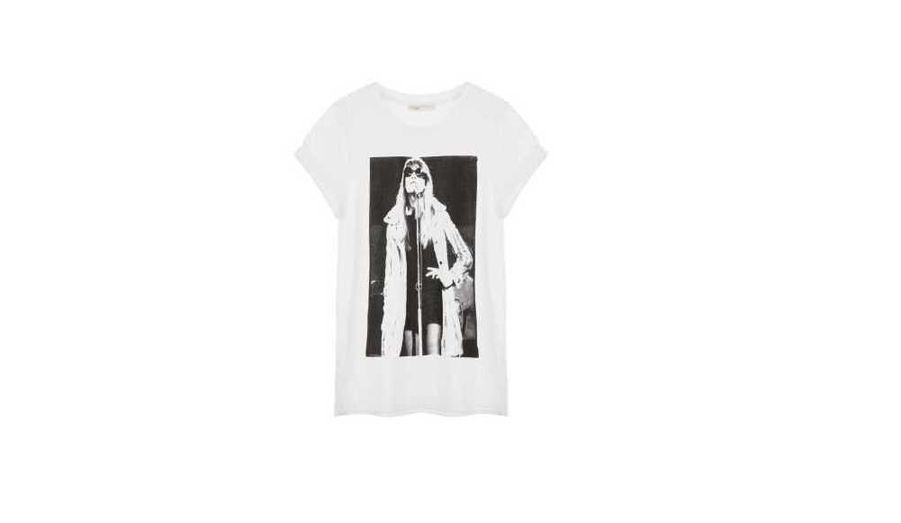 Là, la chanteuse est photographiée sur scène, la main sur la hanche. Elle arbore une petite robe noire sexy et un manteau de fourrure blanc, et sa tenue est parachevée par des lunettes de soleil rondes à la John Lennon. 95 euros.