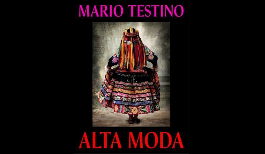 """Le photographe a immortalisé de 2007 à 2012, pour l'exposition """"Alta Moda"""" (""""Haute Mode""""), les différentes tenues traditionnelles péruviennes -son pays d'origine. Elle est d'ailleurs exposée à Lima, au MATE Asociación Mario Testino. «D'ordinaire, j'essaie de capturer un moment, a expliqué Mario Testino. Mais avec cette série, j'ai voulu faire quelque chose de très différent –pas seulement avec mon propre travail, mais également avec la pratique de la photographie. J'ai essayé de rester le plus fidèle possible au temps et à l'histoire de chaque image. […] """"Alta Moda"""" est assez différents des portraits pour lesquels on me connait peut-être.» Le but du photographe: faire voyager son exposition à travers le monde: «Après cette ouverture au MATE, """"Alta Moda"""" sera exposée à New York à l'automne 2013», a-t-il expliqué jeudi lors du vernissage, en présence de la belle Natalia Vodianova et du rédacteur en chef international de «Vogue», Hamish Bowles."""