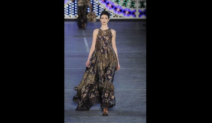 Un mannequin dans une robe ethnique Kenzo, imaginée par le créateur italien Antonio Marras pour la collection Automne-Hiver 2011/2012 de la marque.