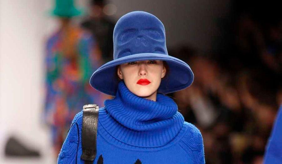 Le créateur Jean-Charles de Castelbajac a présenté mardi sa collection de prêt-à-porter Automne-Hiver 2010-2011, à Paris: un défilé de couleurs électriques, de chapeaux et d'excentricités.