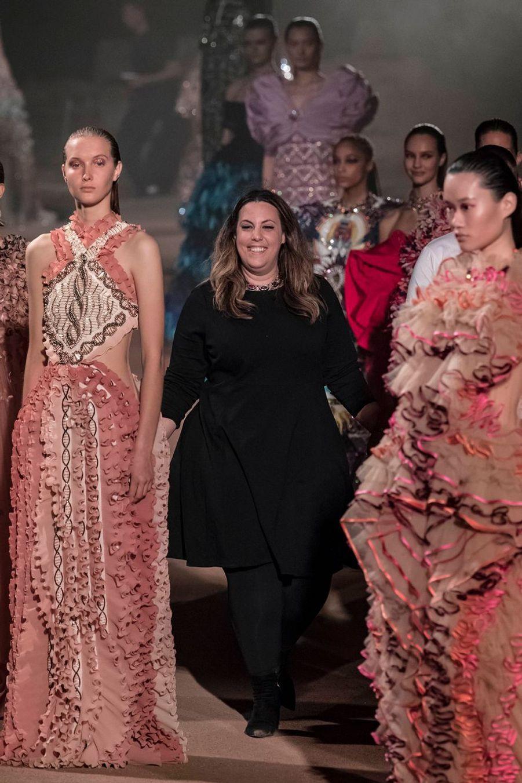 La styliste Mary Katrantzou au milieu de ses modèles