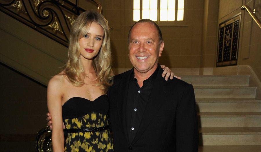 Michael Kors est partout. En plein essor, le designer s'est récemment allié à Halle Berry pour lutter contre la fin dans le monde. Il était à l'honneur, jeudi soir, lors du dîner organisé par Alexandra Shulman, rédactrice en chef de l'édition britannique de Vogue, au Café Royal à Londres. Pour l'occasion de nombreux mannequins et autres stars étaient de la partie.