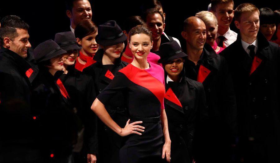 Miranda Kerr pose avec les employés de la compagnie aérienne australienne Qantas, après un défilé de mode visant à présenter le nouvel uniforme, conçu par le designer Martin Grant