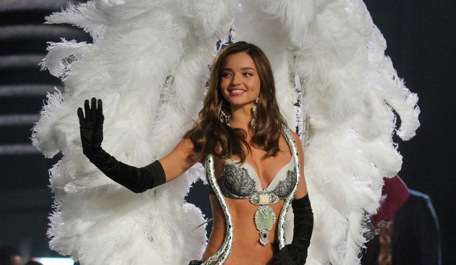 Miranda Kerr a confirmé au Sydney Morning Herald qu'elle quittait les Anges de Victoria's Secret, marque américaine de lingerie qui a lancé sa carrière à l'international. Le top australien, qui soufflera ses 30 bougies le 20 avril, veut voler de ses propres ailes. Retour en images sur sa carrière, déjà longue de près de deux décennies.