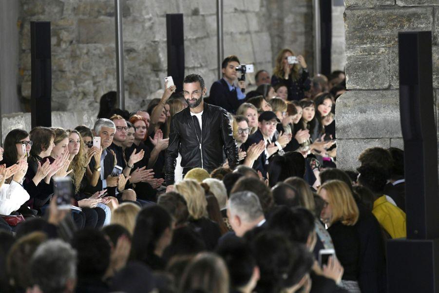 Nicolas Ghesquière vient saluer à la fin d'un show très applaudi.