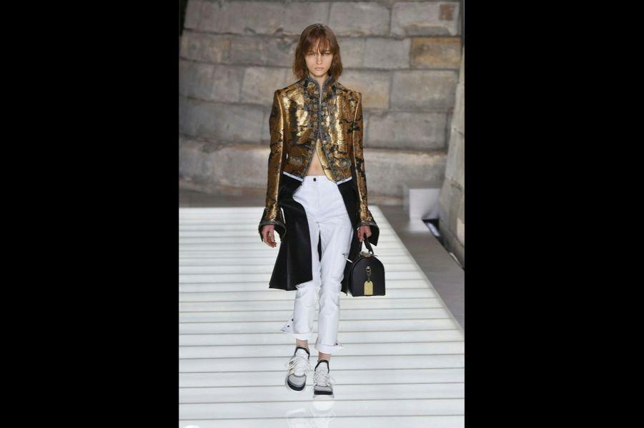 Une fille en or : redingote rebrodée, pantalon en gabardine Stretch, sneakers et sac Speedy.