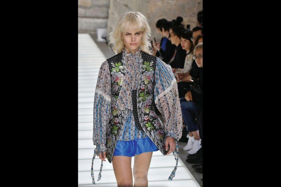 Gilet en jacquard de soie, blouse en soie, short en jersey.