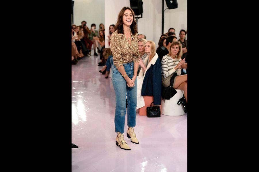 Chloé « C'est la personnalité de la femme que je veux dessiner », dit Natacha Ramsay-Levi, ex-bras droit de Nicolas Ghesquière chez Vuitton, pour présenter sa première collection, ultraféminine, chez Chloé.
