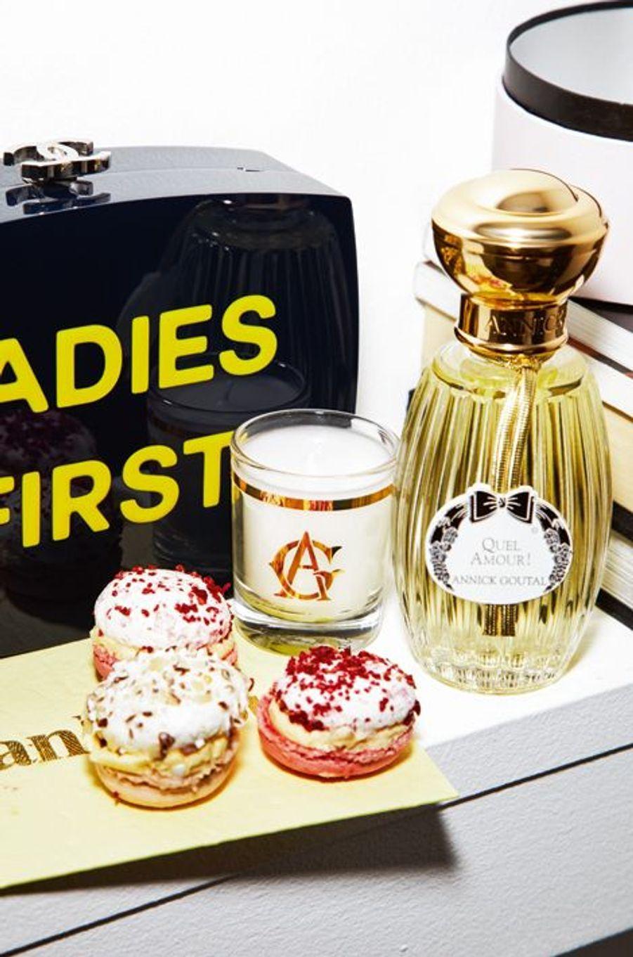Rêvez d'un féminisme chic comme chez Chanel avec cette minaudière en Plexiglas, 6900 euros. Chanel, tél : 0800 255 005. Annick Goutal associe ses créations olfactives avec les délices des Fées pâtissières. Coffret de 4 macaringues rose-frambroise et rose-hibiscus offert pour l'achat d'un parfum Quel Amour ! Eau de parfum, vaporisateur 100 ml, 127 €.